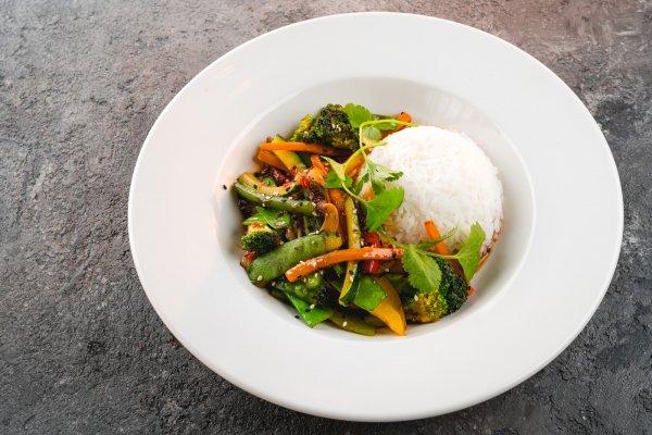 Овощи в тайском соусе с рисом