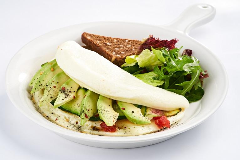 Белковый омлет с авокадо